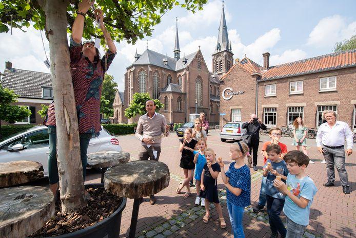 Voor de zomervakantie nam wethouder Miriam Haagh de wensen van kinderen uit Bavel in ontvangst, om ze daarna in de wensboom te hangen. In totaal werden er vierhonderd wensen in de boom gehangen, volop input vanuit de dorpsjeugd voor de toekomstvisie van Bavel.