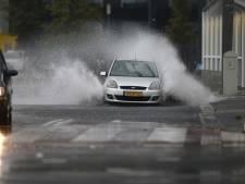 Windstoten en hoosbuien richten overal schade aan