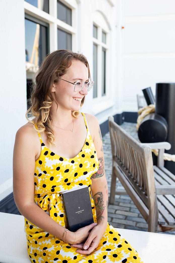 Saskia van Rij met haar boek 'De mooiste ster'