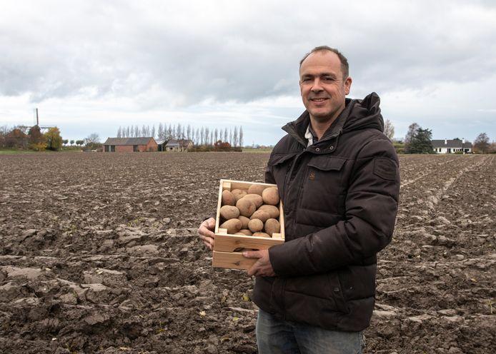 Steven Dees met een kratje van zijn rode pipo aardappelen.