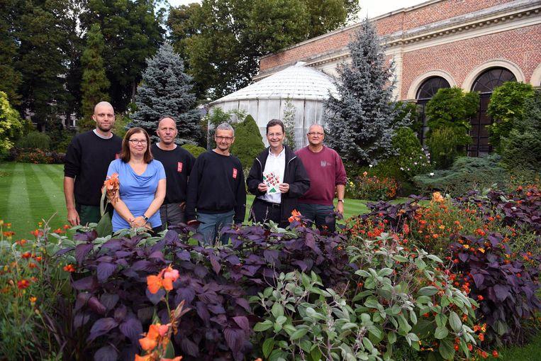 Schepen Dirk Vansina (tweede van r.)en enkele medewerkers in de Kruidtuin.