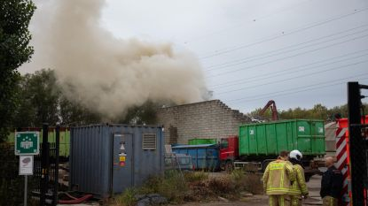 Rookpluim door containerbrand