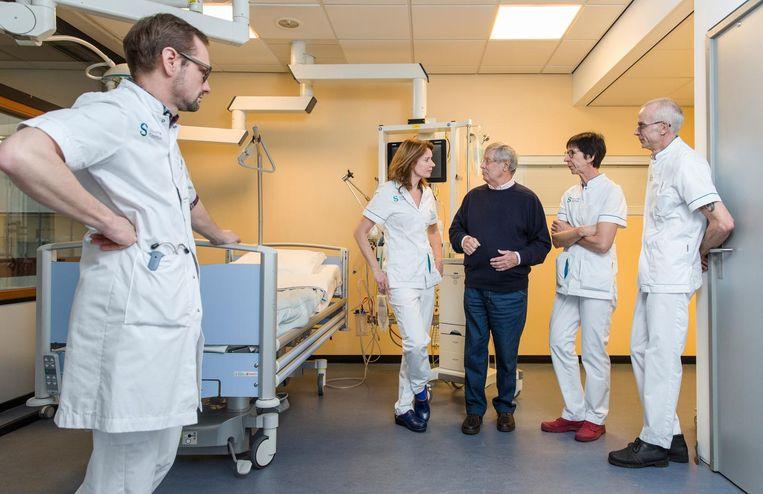 Internist-intensivist Bas Kors, Lorette Gijsbers, ex-patiënt Hans van den Bos, Lia van der Lingen en Joep Beneken Kolmer (vlnr) op de intensive care van het Spaarne Gasthuis. Van den Bos: 'Ik weet nog goed hoe bang ik was' Beeld Dingena Mol