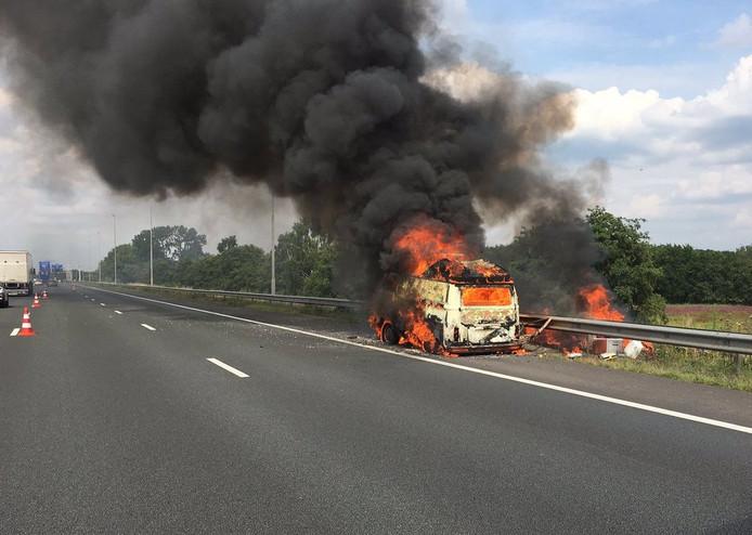 Brandende auto op A58