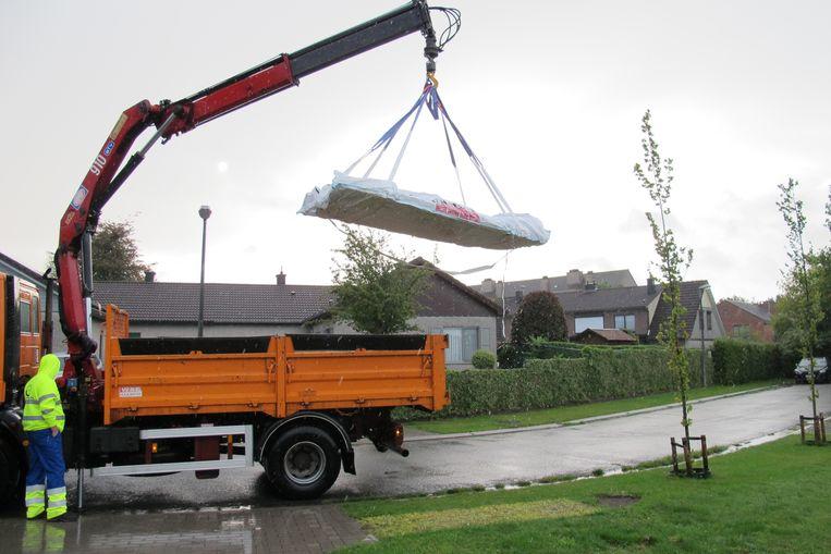 Een vrachtwagen haalt een gevulde asbestplaatzak op aan huis in het werkingsgebied van MiWa. Ibogem gaat nu hetzelfde systeem invoeren.