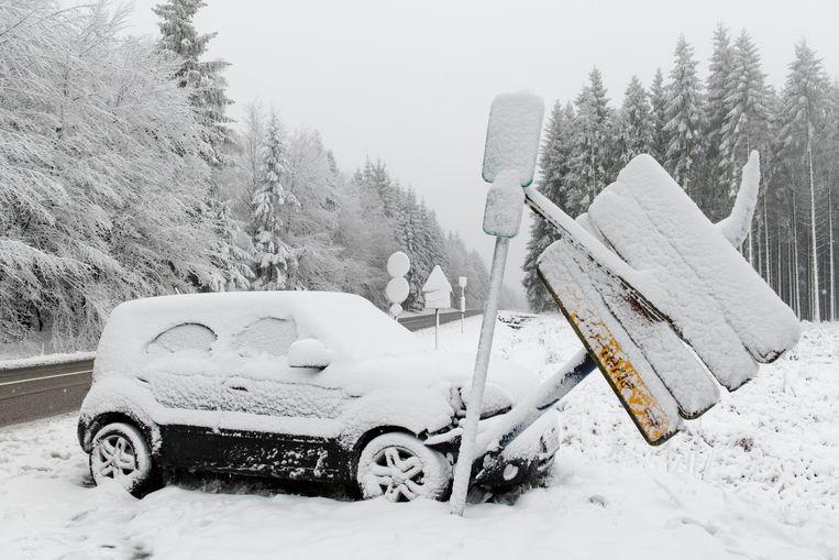 In Waimes ramde een bestuurder enkele verkeersborden.
