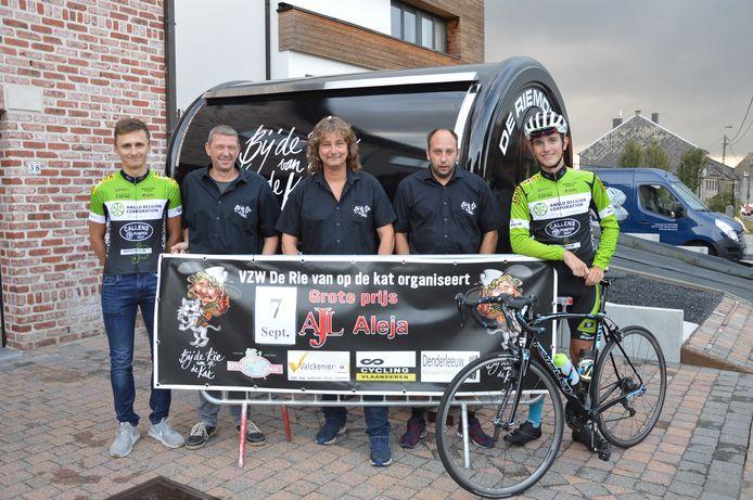 De organisatoren van vzw Bij de Rie van op de Kat met streekwielrenners Ryan Segers en Brent Beeckman.