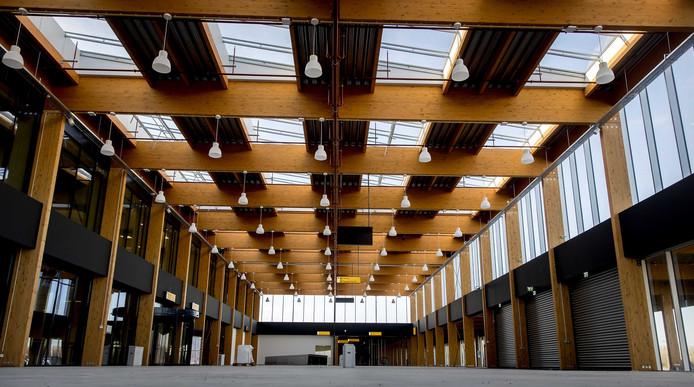 De nog lege terminal van Lelystad Airport.