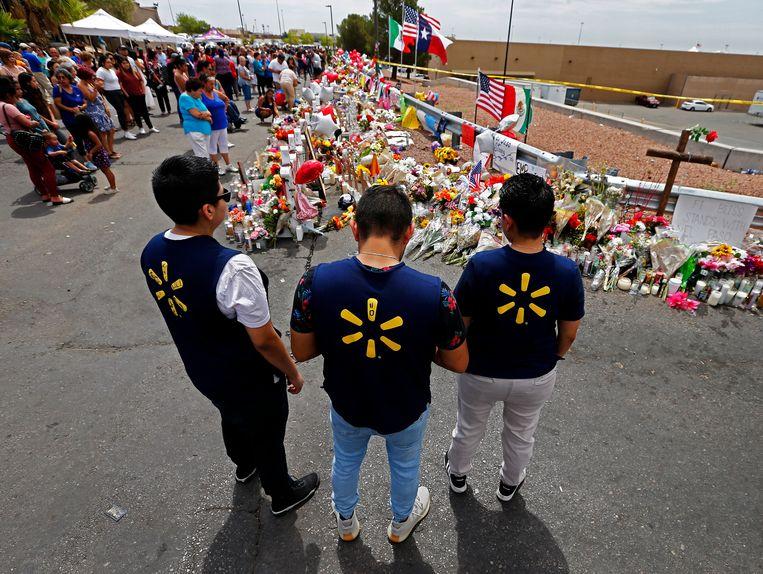 Medewerkers van Walmart, in El Paso, leggen bloemen neer voor de slachtoffers van de schietpartij.