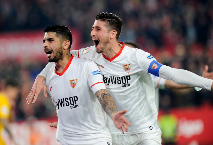 Sevilla-middenvelder Ever Banega en verdediger Sergio Escudero vieren een van de goals.