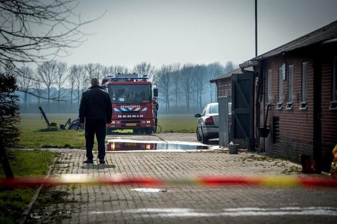 De brandweer bij de boerderij in Ewijk waar vijftig dode koeien en kalveren werden gevonden. De boer was verward en niet meer in staat voor de beesten te zorgen.
