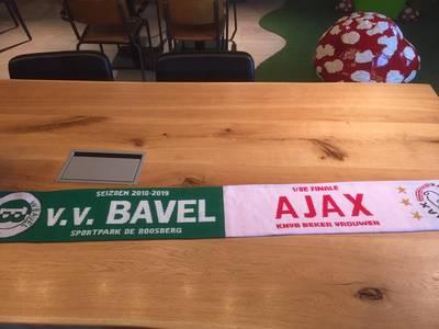 Ajax-vrouwen op bezoek in Bavel is een hele operatie, maar 'de hele dag kan nu al niet meer stuk'