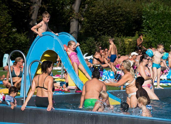 De warmte trok dinsdag nog veel bezoekers naar het Knopenbad in Montfoort.