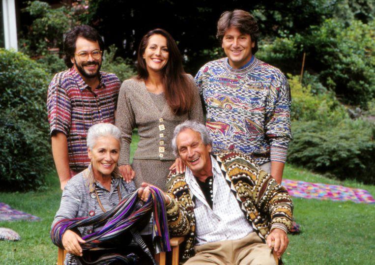 Ottavio Missoni en Rosita Jelmini met hun kinderen Vittorio, Luca en Angela in de jaren negentig. Beeld Getty