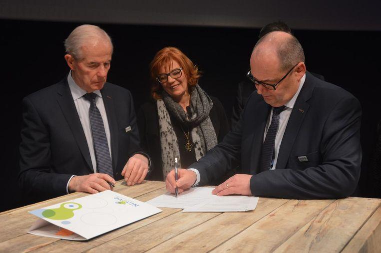 Geo De Cleer (rechts) en Willy Verlé van het Omloop Finish Team tekenen, samen met onder meer burgemeester Tania De Jonge, het contract voor de aankomst.