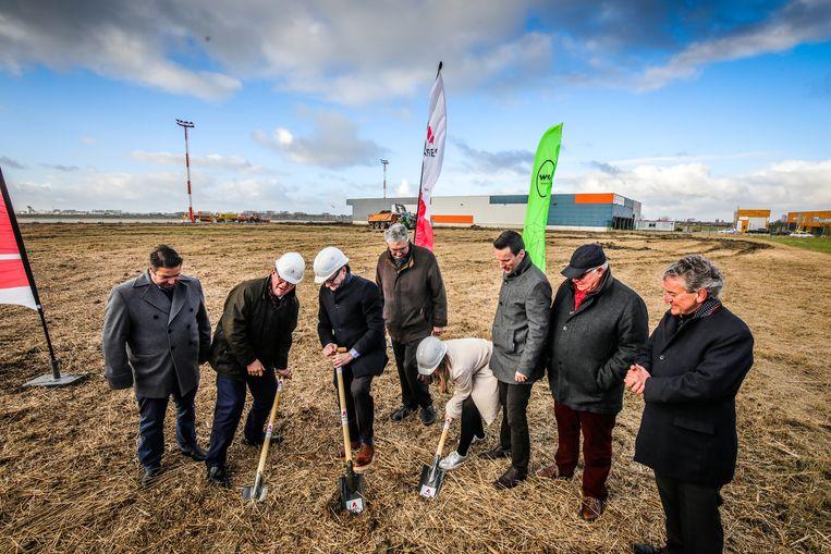 Aerocircular-CEO Koen Staut (links) kijkt toe hoe onder meer Bart Tommelein (Open Vld), minister Ben Weyts, schepenen Charlotte Verkeyn en Björn Anseeuw de eerste spadesteek uitdelen.