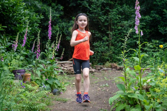 Hardloopster Celine Struijvé is pas 6 jaar en loopt nu al wedstrijden over 5 kilometer. Haar ouders kunnen haar al niet meer bijhouden.