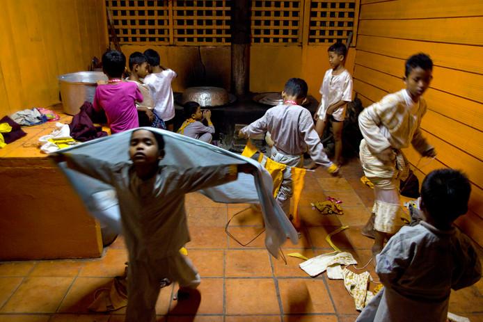 Cambodjaanse weeskinderen verkleden zich in Siem Reap om een traditionele dans op te voeren voor buitenlandse toeristen.