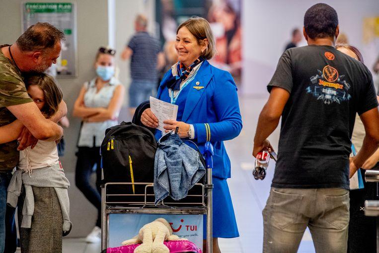Een grondstewardess van KLM op de luchthaven Schiphol. Beeld Hollandse Hoogte / Robin Utrecht