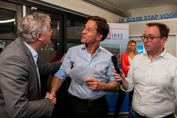 Neldes Hovestad (Dow) in gesprek met minister-president Mark Rutte, rechts Wilfried Boonman (VVD campagneleider).