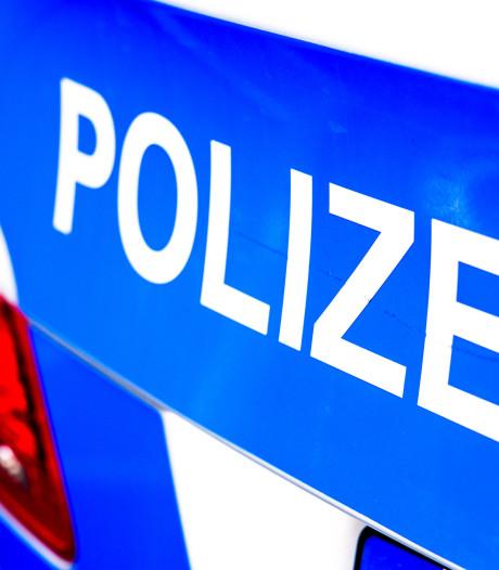 Duitse automobilist rijdt sloot in bij uitwijkmanoeuvre voor Nederlander