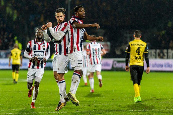 Willem II-spelers Fran Sol en Bartholomew Ogbeche vieren treffer.