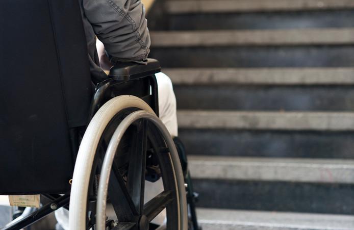 Gebruikers  van hulpmiddelen zoals rolstoelen en scootmobielen kunnen in Apeldoorn en zeven andere regionale gemeenten niet meer terecht bij Hulpmiddelencentrum. De gemeenten in deze regio ontbinden het contract.