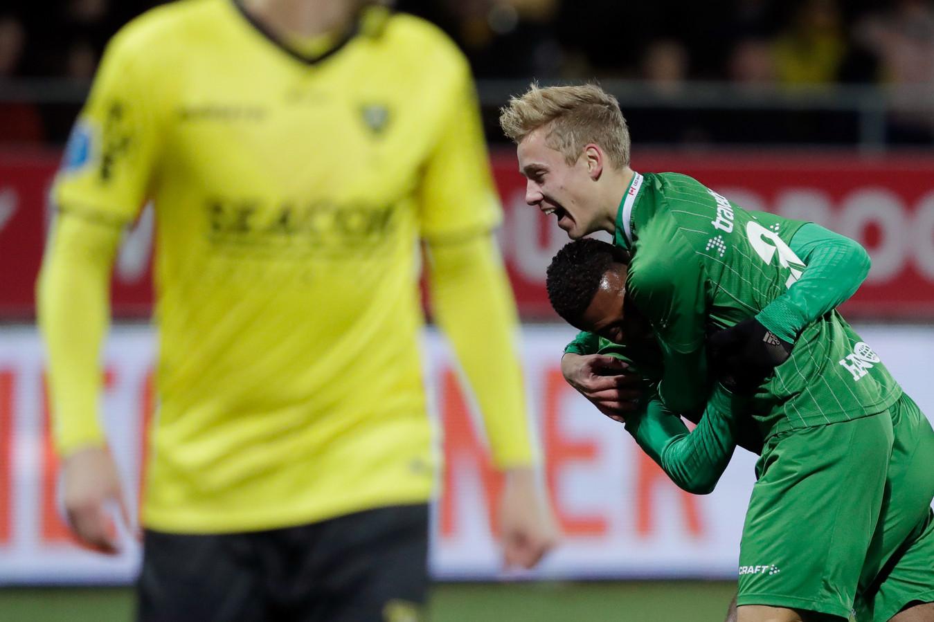 Kenneth Paal krijgt een knuffel van Dean Huiberts na zijn fraaie 0-1 in Venlo.