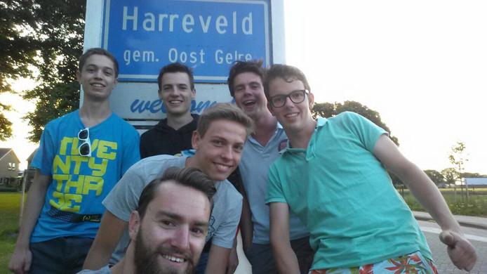 De Delftse studenten met v.l.n.r.: achterste rij: Igor Koevoets, Dion Pluijlaar, Maarten Kroll, Mark ten Have. Daarvoor staat Koen Gribnau, en daarvoor staat Rick Willems.