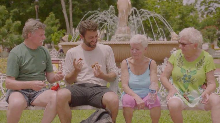 Willy, Elise en Mariette proberen lokale snoepjes.