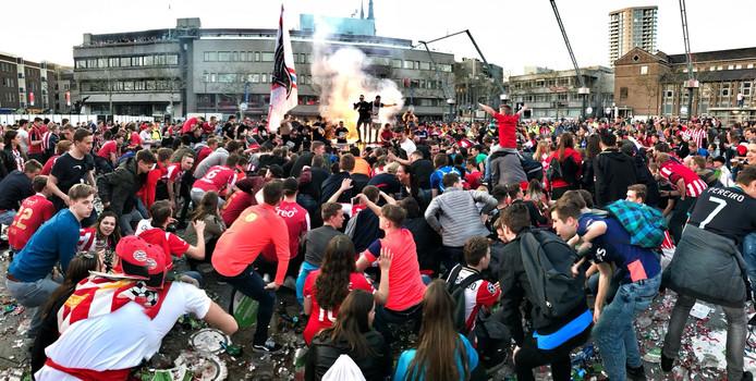 Supporters van PSV gaan door de knieën op het Stadhuisplein.