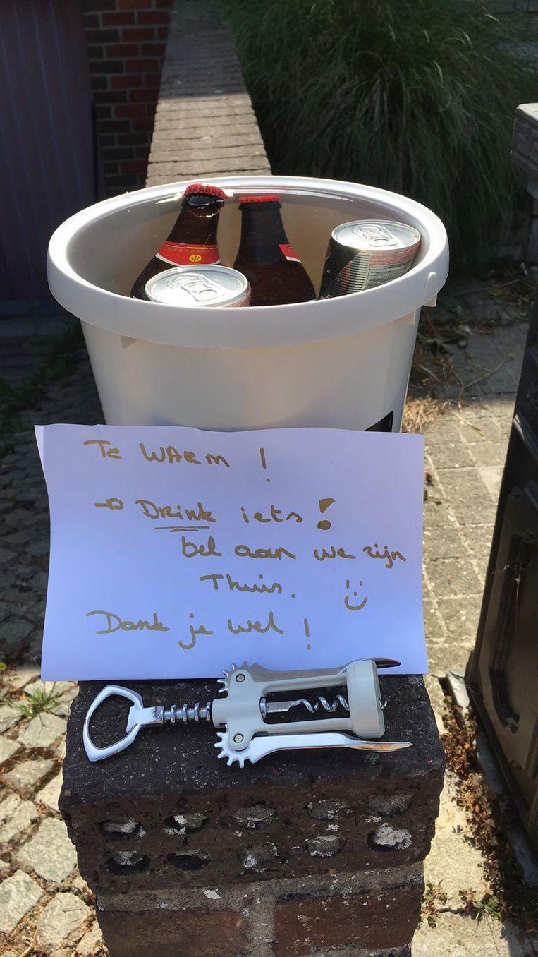 Een vrouw uit Oudenburg plaatste enkele koude drankjes voor haar deur.