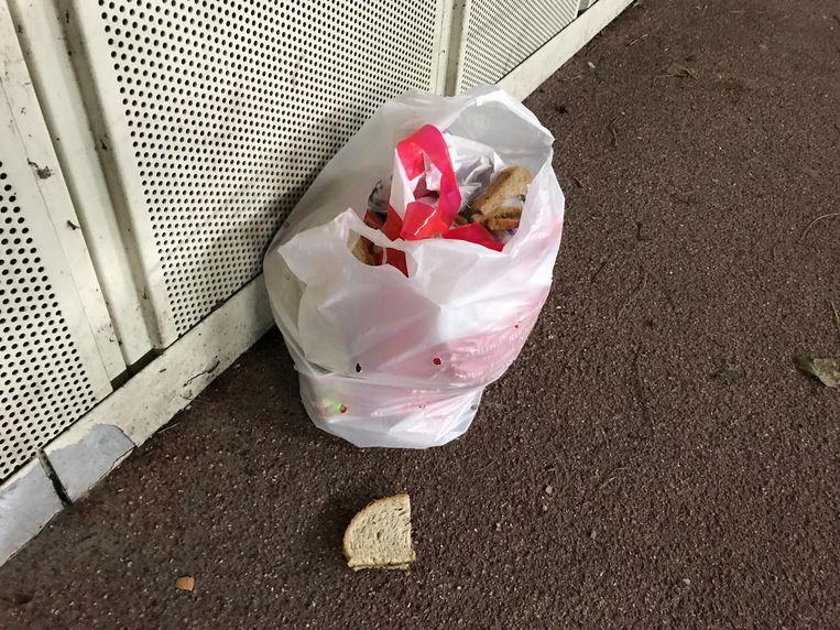 Ook bizar: wekelijks ligt er in de fiets- en voetgangerstunnel nabij de Kennedyrotonde een plastic zak met etenswaren.
