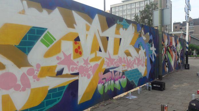 Graffiti op de schutting bij het Gasthuiskwartier aan de Zuid-Willemsvaart.