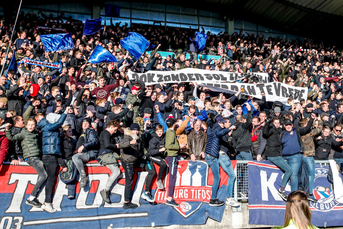 Een ludiek spandoek van de Willem II-fans, die vorige week tot hun grote verdriet afscheid moesten nemen van topschutter Fran Sol. 'Ook zonder Sol meer dan Te Vrede', valt er te lezen.