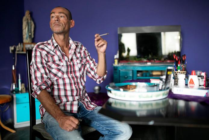 Johan Gruyters uit Den Bosch is besmet met het hiv-virus. Daarom slikt hij noodgedwongen aidsremmers, maar die maken hem misselijk. Wiet roken voorkomt dat hij zijn medicijnen meteen weer uitbraakt.