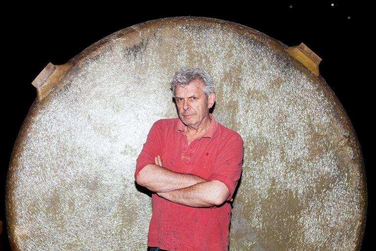 Alex van Warmerdam bouwt zijn expositie op in EYE. Beeld Renate Beense