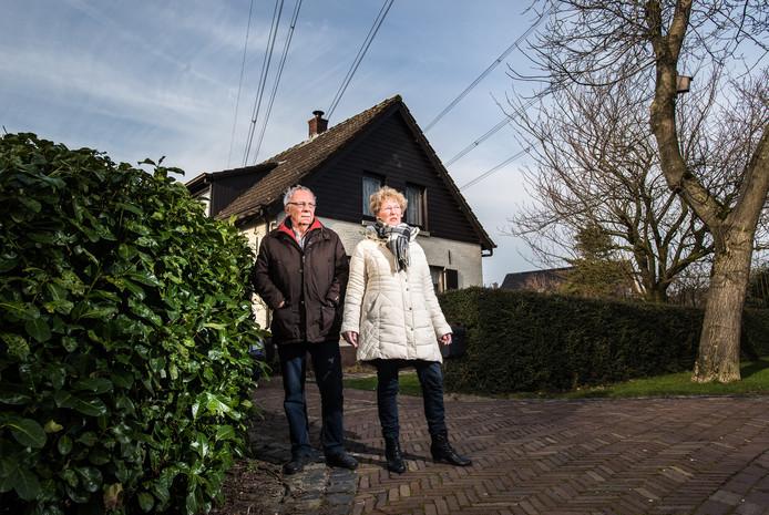 Gert en Diny Vink uit Herveld wonen loodrecht onder hoogspanningskabels.