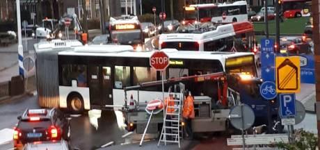 Stopbord om, bus klemgereden, fietsers vast. Het was chaos op de ovonde, maar wordt dit dagelijks?
