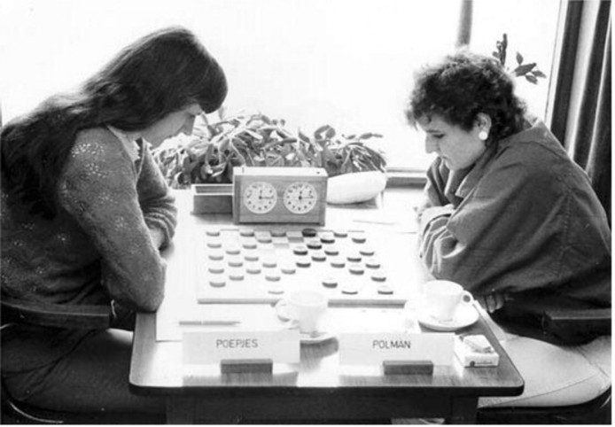 Petra Polman (rechts) zit tijdens het door haar gewonnen Nederlands kampioenschap van 1985 in Lent tegenover Iepie Poepjes.
