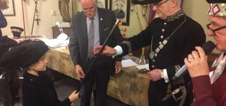 Heemkundekring Uden krijgt bijzonder galakostuum burgemeester Thijssen