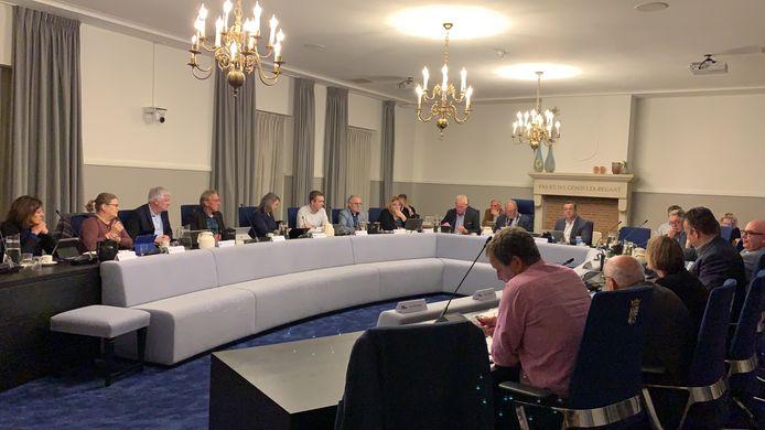 De gemeenteraad van Hilvarenbeek tijdens een vergadering voor de coronatijd en ten tijde van waarnemend burgemeester Harrie Nuijten.