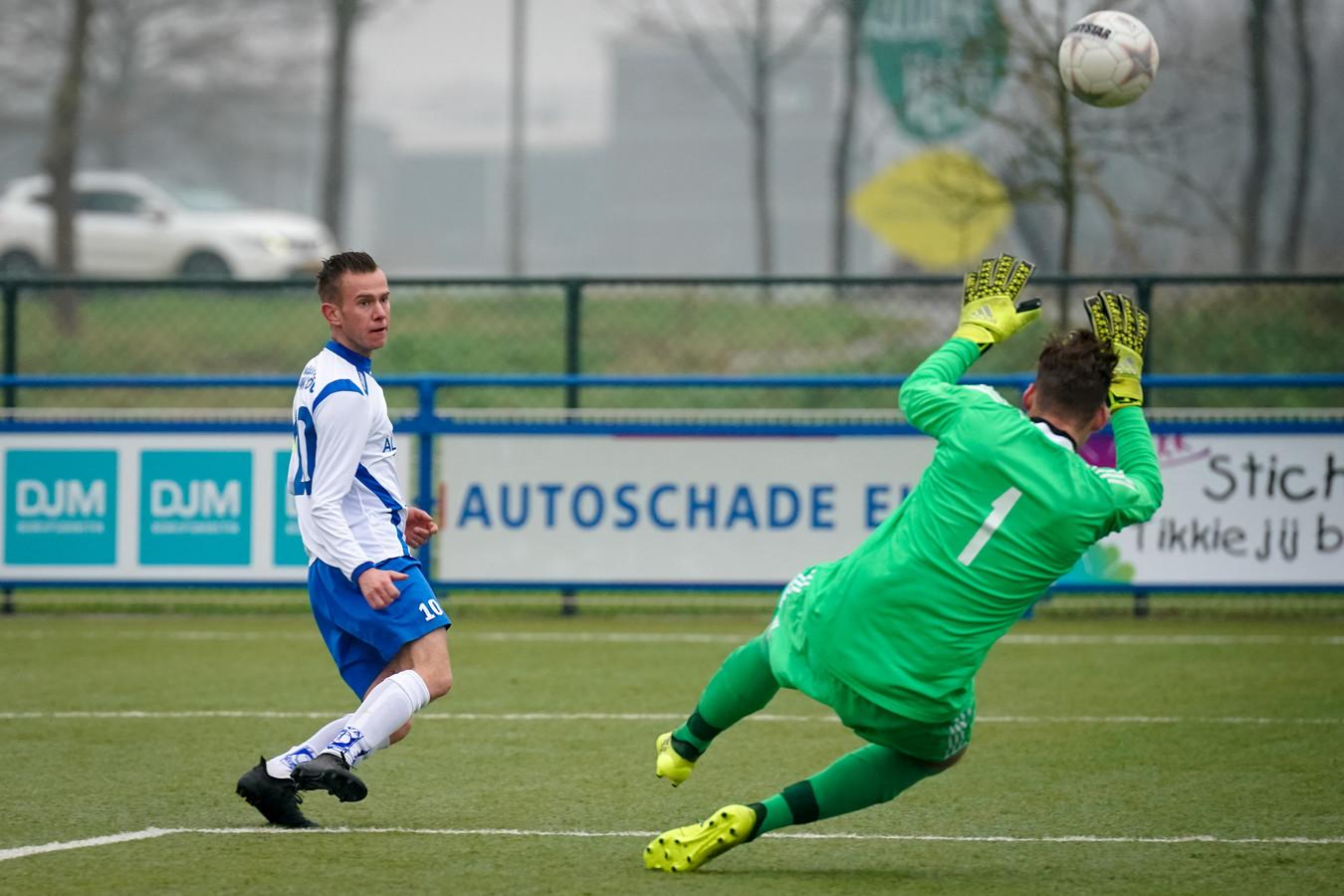 OSC-goalie Paul de Wit, op de rug gezien, in actie tegen GVA.