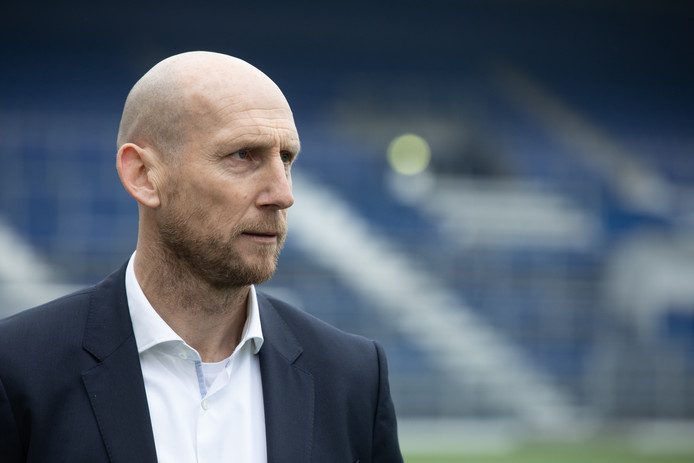 """Jaap Stam is als hoofdtrainer terug van weggeweest bij PEC Zwolle. ,,Ik sta voor aanvallend voetbal. We gaan heus niet alleen schoppen en rossen"""", stelt de robuuste verdediger van weleer."""