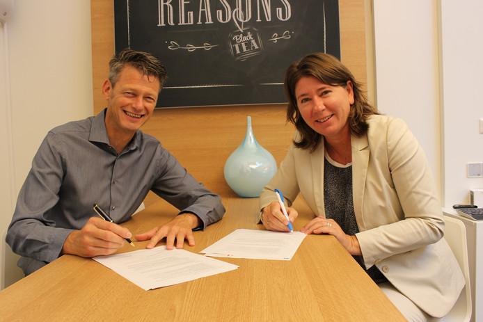 Bestuurders Carla Lasonder en Gon Mevis zetten dinsdag hun handtekening onder de overeenkomst.