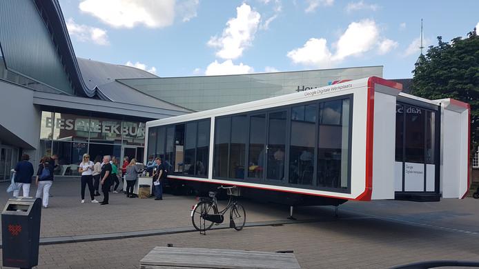 De Google Digitale Werkplaats op het voorplein van het Chassé Theater