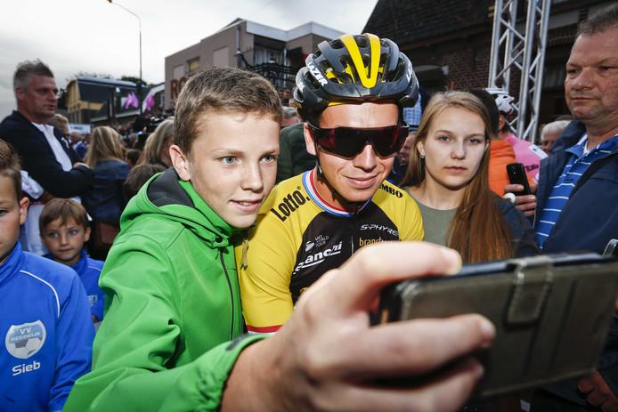 Dylan Groenewegen poseert met een fan, vorig jaar tijdens Daags na de Tour in Boxmeer.