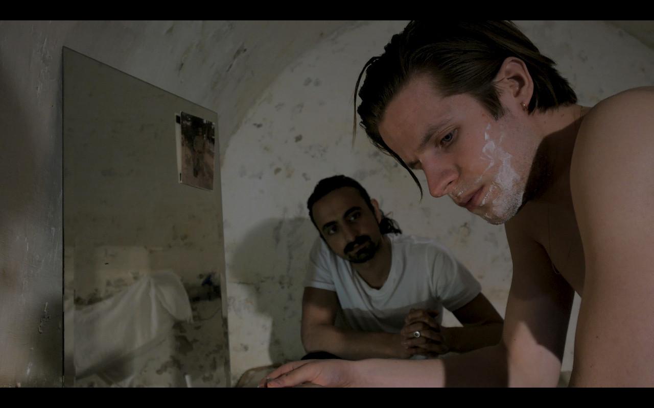 Een still uit de film Rite de Passage, die is opgenomen in een boerderij aan de Zwartendijk in Kampen. Links schrijver en acteur Ozan Aydogan.