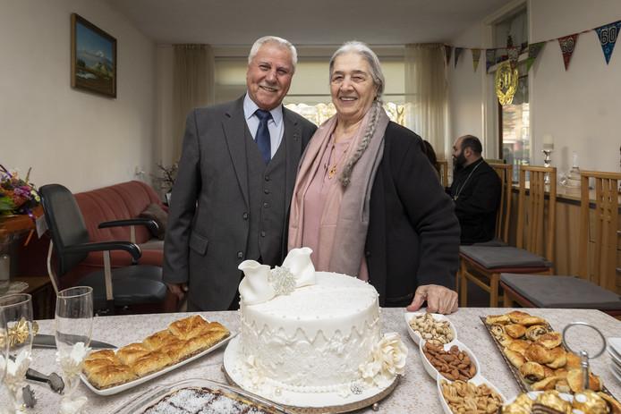 Het gelukkige echtpaar, met een prachtige taart.
