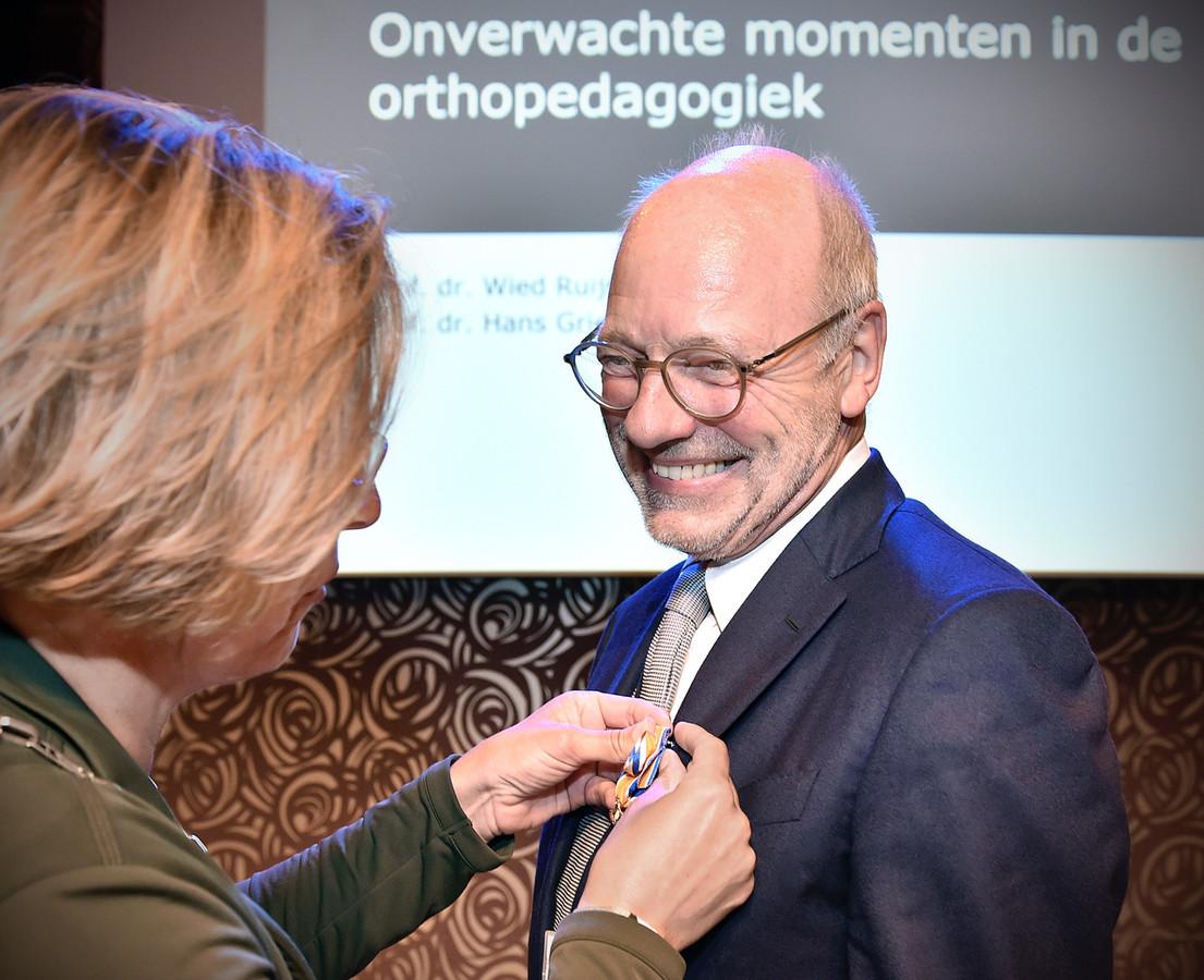 Erik Knorth ontvangt zijn Koninklijke Onderscheiding van burgemeester Petra Doornenbal.